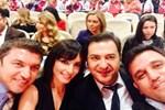Ekranların yıldızlarından ödül selfie'si!