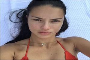 Adriana Lima'nın 'Ay yıldız'lı kolyesi olay oldu