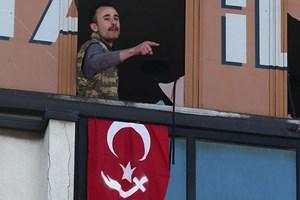 AK Parti binasına operasyon! Silahlı kişiler binaya girdi