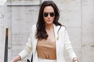 Angelina Jolie'nin göğüsleri 'iyi niyeti'nin önüne geçti!