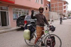 Genç gazeteci pedalı 'demokrasi' için çeviriyor