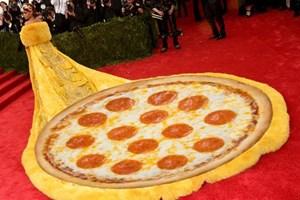 Rihanna'nın kostümü sosyal medyada olay oldu