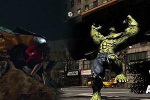 Nurgül Yeşilçay Hulk'u aratmadı, taksiyi sırtladı!
