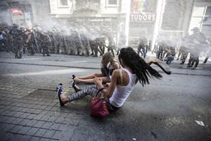 Reuters, 'Günün Fotoğrafı' olarak İstanbul'daki polis şiddetini seçti