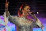 Şarkıcı İzel'in yeni görüntüsü şaşırttı!