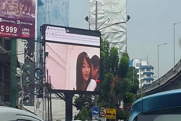 Dev reklam panosunda porno film gösterildi!
