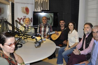 Ahmet Hakan Yön Radyo için türkü söyledi!