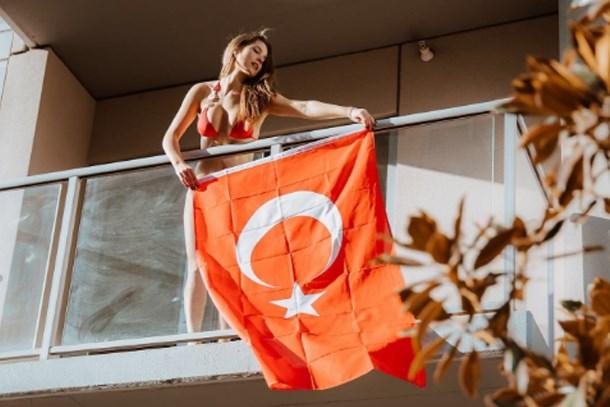Snapchat yıldızı balkonuna Türk bayrağı astı!