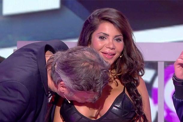 Canlı yayında rol arkadaşının göğüslerini öptü!