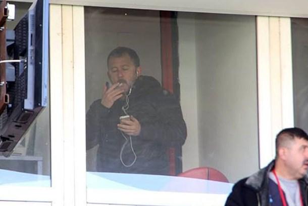 Sergen Yalçın milli maçı yorumlarken sigara mı içti?