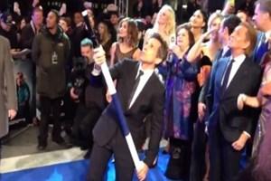 Ünlü oyuncu rekorlar kitabına girdi! 8,5 metrelik selfie çubuğu!