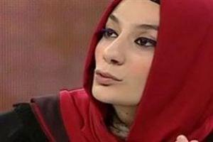 Esra Elönü Cem Küçük'ü twitter'dan bombaladı: Küçük naylon şarjör pazar limonu senden iyi sıkıyor