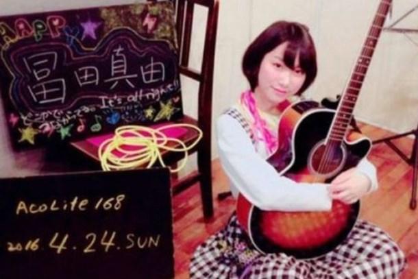 Japon şarkıcı hayranı tarafından bıçaklandı!