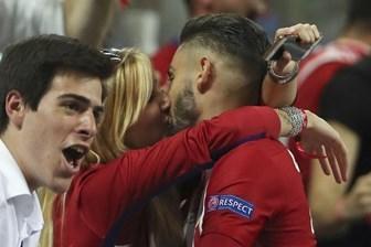 Yannick Carrasco golü attı sevgilisiyle öpüştü