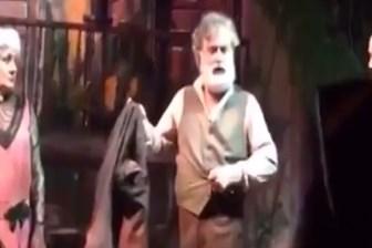 Maaşı ödenmeyen tiyatrocu ceketini çıkardı: Bu alınteri, herkes saygı duymuyor