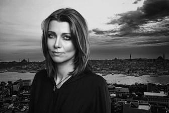 Hürriyet Gazetesi, Elif Şafak romanları satsın diye çırpınıyor!