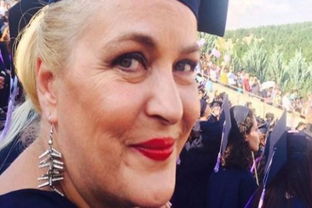 Nurseli İdiz 25 yıl sonra mezun oldu, kep attı!