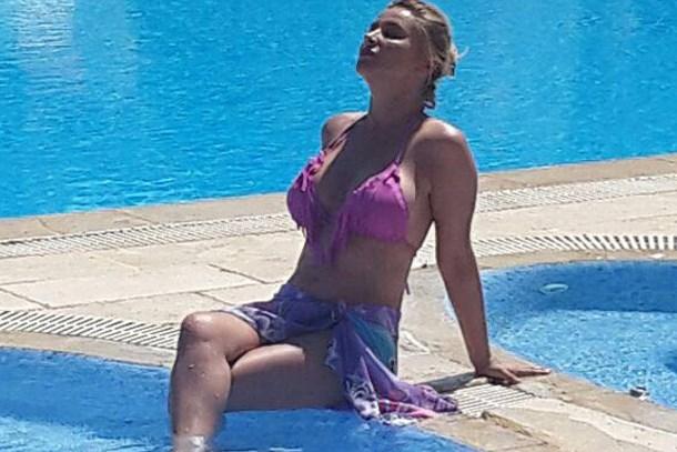 Songül Karlı havuz başında şov yaptı!