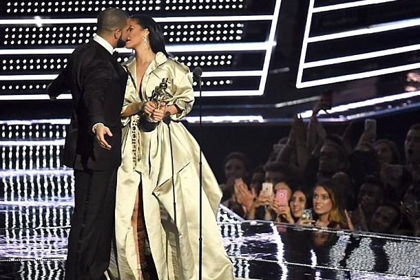Ödül törenine damga vuran an! İlan-ı aşk edip, öptü!
