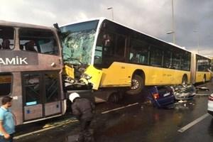 Metrobüs kazasından dehşet kareler!