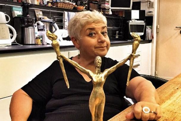 İtalya'da en prestijli tiyatro ödülünü aldı! Ödül aldığını mutfaktaki pozuyla duyurdu!