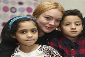 Hollywood yıldızı Sultanbeyli'deki Suriyelileri ziyaret etti