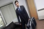 Ertuğrul Özkök: Bu bavullu adamı hatırladınız mı; üzerinden sarkan takım elbisesi, iğreti kravatı...