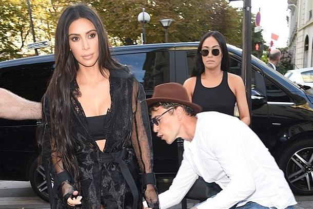 Magazin muhabiri, Kim Kardashian'ın kalçasını öpmeye kalkışınca...