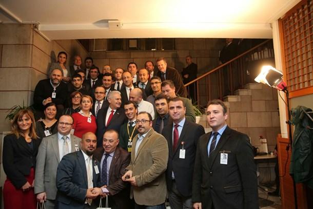 Başbakan'dan Meclis'te nöbet tutan gazetecilere özel ziyaret! (Medyaradar/Özel)