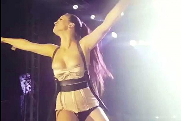 Konser sırasında fazla zıpladı, göğüsleri fırladı!