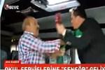 Beyaz TV muhabiri canlı yayında servis şoföründen dayak yedi!