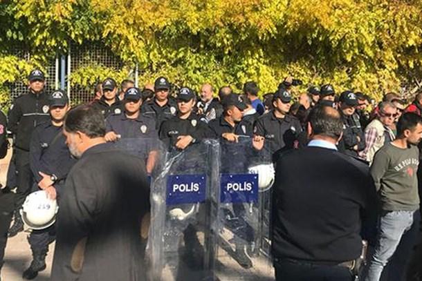 İlahiyatçı yazar İhsan Eliaçık'a kitap fuarında saldırı!