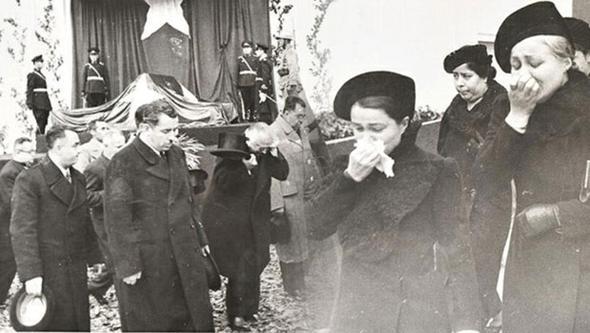 Atatürk'ün cenaze töreni görüntüleri: Bir millet kurtarıcısına ağlıyor