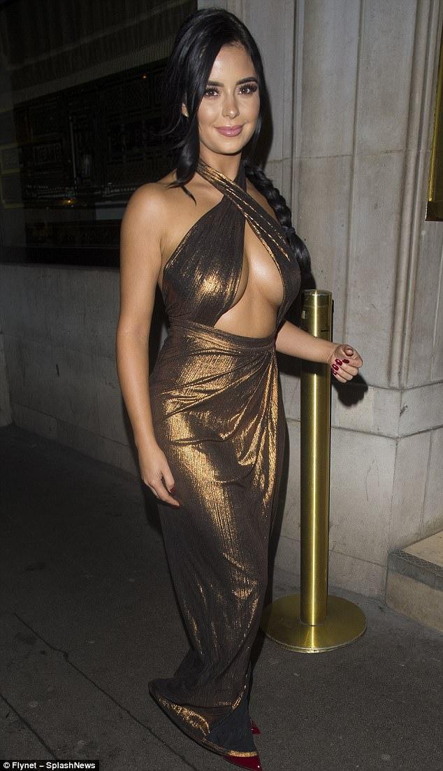 Demi Rose, dekolteli elbisesiyle cesur pozlar verdi