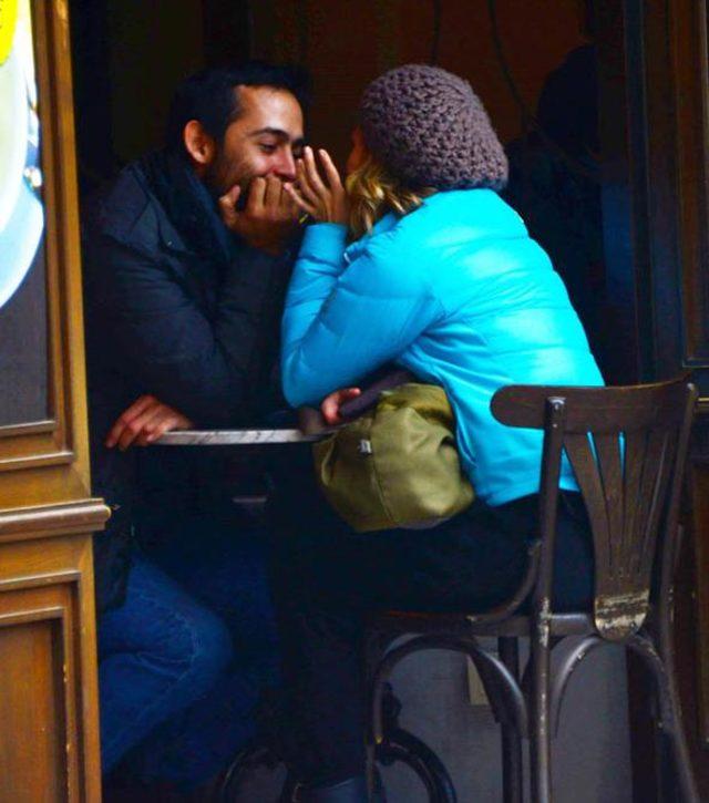 Ünlü oyuncu kimseye aldırmadı! Sevgilisini öpücüklere boğdu