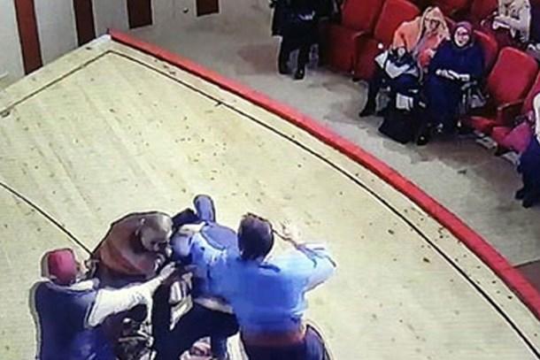 Tiyatro sahnesinde oyuncuyu tekme-tokat dövdüler!