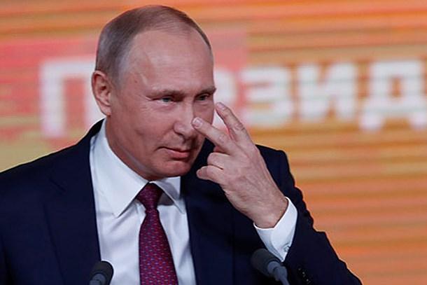 Gazetecinin 'Bay Bay Putin' yazılı pankartına Putin ne tepki verdi?