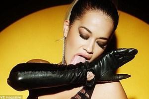 Rita Ora kabına sığmıyor!
