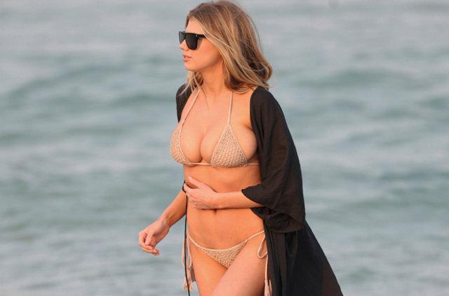 Charlotte McKinney'nin bikinisi küçük geldi
