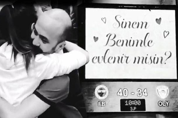 Sarp Akkaya'dan romantik teklif! Skor ekranına yazdırdı!