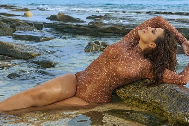 Ashley Graham transparan mayosuyla büyüledi