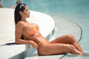 Michelle Lewin havuzda şov yaptı