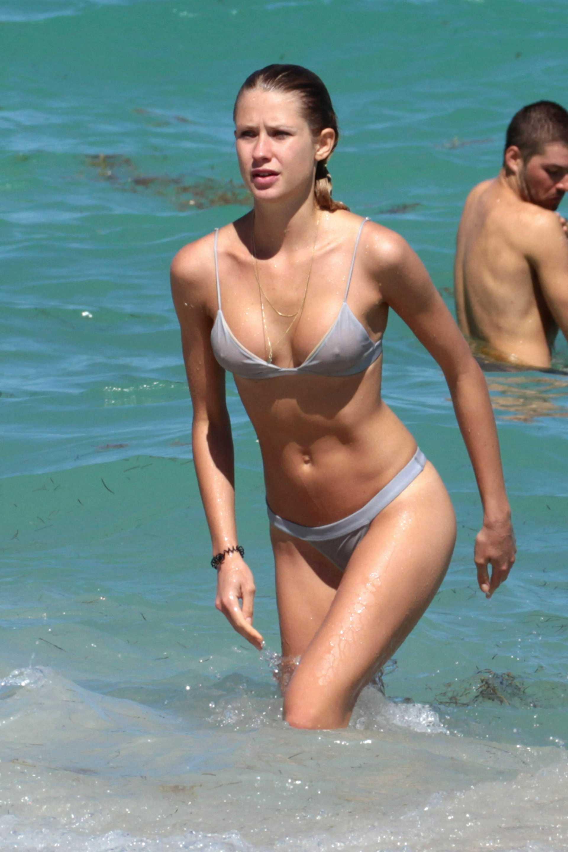 Güzel model bikinisiyle zor anlar yaşadı