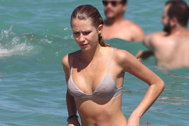 Güzel model bikinisiyle zor anlar yaşadı!