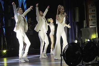 İrem Derici'den bol sürprizli konser; gelinlik giydi!