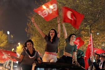 """Akif Beki, Hayrettin Karaman'a bu fotoğrafla seslendi: """"Bu genç kızlar, din devletine oy vermişe benziyor mu sizce"""""""