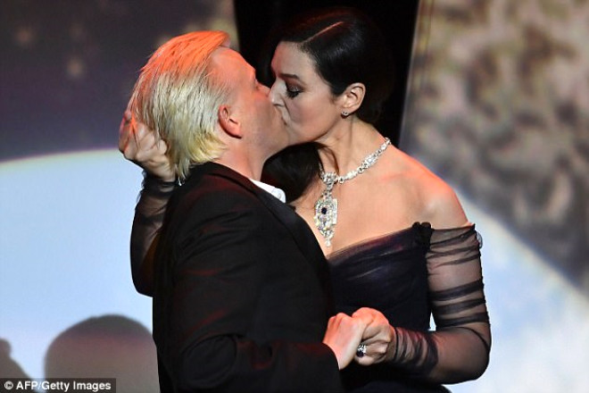 Monica Bellucci ünlü komedyenin dudaklarına yapıştı