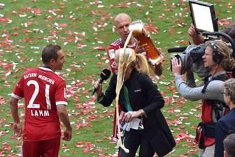 Ünlü futbolcu canlı yayında muhabire bira banyosu yaptırdı!