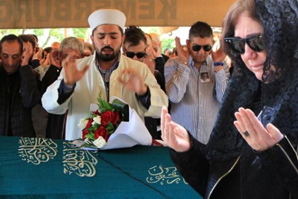 Ünlü şarkıcı eşinin cenazesinde saf tutup...