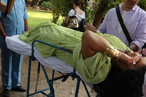 Bülent Ersoy'u Hindistan'da yılan soktu!